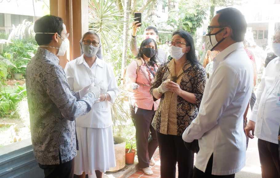 Menteri Pendidikan dan Kebudayaan, Nadiem Makarim (kiri0 saat melakukan kunjungan kerja ke SMA Regina Pacis Bogor, Kamis (30/7/2020). (Foto: SMA Regina Pacis Bogor / Yongki S)